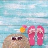El verano, calzada de madera, accesorios de la playa imita para arriba Foto de archivo libre de regalías