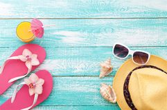 El verano, calzada de madera, accesorios de la playa imita para arriba Fotos de archivo