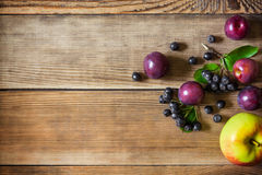 El verano da fruto en fondo de madera en estilo rústico Foto de archivo
