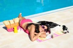 El verano de la mujer y del perro se relaja Fotografía de archivo libre de regalías