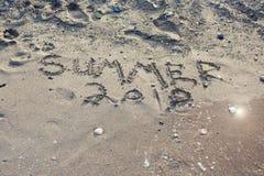 El verano 2018 de la palabra escrito en la arena en una playa Fotografía de archivo