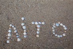 El verano de la palabra, presentado en la arena con las cáscaras, en la lengua ucraniana foto de archivo libre de regalías