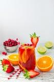 El verano de restauración bebe la sangría con las frutas y las bayas Imagenes de archivo