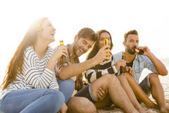 El verano es mejor con una cerveza fría Imagen de archivo libre de regalías