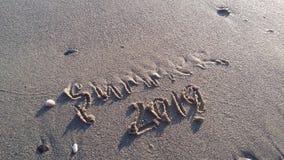 el verano está cerca letras en el pío imagen de archivo
