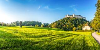 El verano idílico coloca con la fortaleza Hohensalzburg en la puesta del sol, Salzburg, Austria Imágenes de archivo libres de regalías