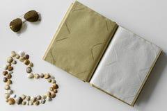 El verano puso - las conchas marinas corazón, gafas de sol y álbum de foto foto de archivo libre de regalías