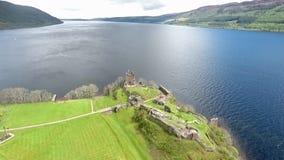 El verde aéreo famoso Escocia Reino Unido del tiro de Loch Ness almacen de video