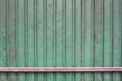 El verde aherrumbró pared del hierro Foto de archivo libre de regalías