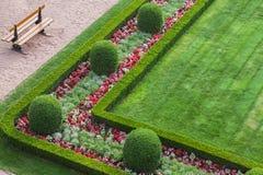 El verde, cuadrado, manicured, jardín y banco en la ciudad de Luxemburgo fotografía de archivo libre de regalías