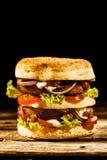 El verde del autobús de dos pisos deletreó la hamburguesa con la ensalada foto de archivo libre de regalías