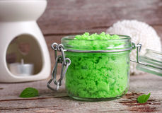 El verde friega en un tarro de cristal Fotos de archivo