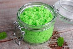 El verde friega en un tarro de cristal Imagenes de archivo