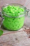 El verde friega en un tarro de cristal Imagen de archivo