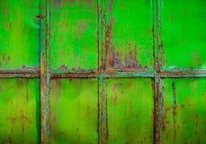 El verde oxidado pintó el metal con la pintura agrietada, grun del color de la textura Foto de archivo