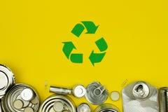 El verde recicla la muestra con las latas de aluminio del metal, cubiertas, tarros foto de archivo libre de regalías
