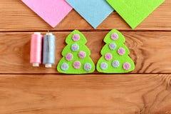 El verde sentía el ornamento del árbol de navidad con las bolas rosadas y azules en un fondo de madera Bordado del fieltro del ár Imagen de archivo