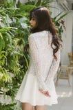 El verdor empareda y el vestido blanco Imágenes de archivo libres de regalías