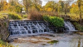 El vertedero en el río Dene, Warwickshire Foto de archivo libre de regalías