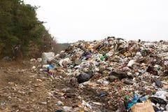 El vertido en Ucrania, pilas de plástico descargó adentro Los caminos a lo largo del revoltijo inútil inorgánico foto de archivo libre de regalías