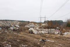 El vertido en Ucrania, pilas de plástico descargó adentro Los caminos a lo largo del revoltijo inútil inorgánico imágenes de archivo libres de regalías