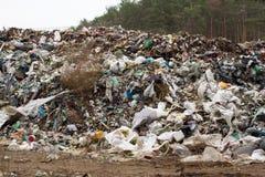 El vertido en Ucrania, pilas de plástico descargó adentro Los caminos a lo largo del revoltijo inútil inorgánico foto de archivo