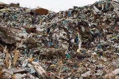 El vertido en Ucrania, pilas de plástico descargó adentro Los caminos a lo largo del revoltijo inútil inorgánico fotos de archivo libres de regalías