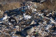 El vertido en Ucrania, pilas de plástico descargó adentro Los caminos a lo largo del revoltijo inútil inorgánico fotografía de archivo