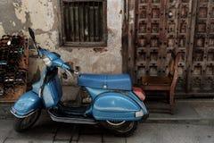 El vespa azul Imagen de archivo libre de regalías