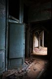 El vestíbulo de un castillo abandonado Imágenes de archivo libres de regalías