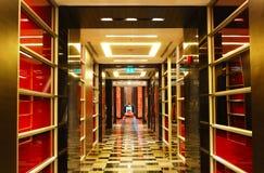 El vestíbulo en el hotel de lujo moderno Imágenes de archivo libres de regalías
