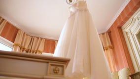 El vestido de boda perfecto en el cuarto de la novia almacen de video