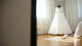 El vestido de boda perfecto en el cuarto de la novia metrajes