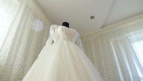 El vestido de boda perfecto en el cuarto de la novia almacen de metraje de vídeo