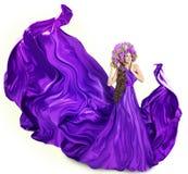 El vestido de la lila de la mujer, modelo de moda, florece el sombrero, blanco fotografía de archivo libre de regalías