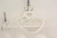 El vestido de la novia está en la suspensión adornada Fotografía de archivo libre de regalías