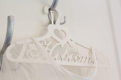 El vestido de la novia está en la suspensión adornada Fotos de archivo