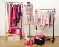 El vestido del armario con ropa rosada arregló en caída Foto de archivo libre de regalías