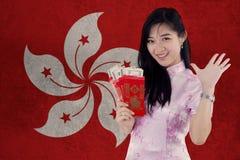 El vestido del cheongsam de la muchacha que lleva sostiene el sobre Imágenes de archivo libres de regalías