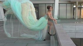 El vestido del ` s de la mujer está soplando el viento almacen de metraje de vídeo