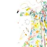 El vestido del verano de la mujer, accesorios y compone artículos en el fondo blanco Colección de la moda del verano Fotos de archivo