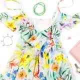 El vestido del verano de la mujer, accesorios y compone artículos en el fondo blanco Colección de la moda del verano Fotografía de archivo libre de regalías