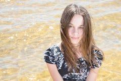 El vestido que lleva del adolescente bastante de moda viste en la playa Fotografía de archivo libre de regalías