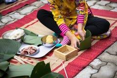 El vestido tradicional Ao Dai del desgaste del niño que aprende hacer que Chungkin se apelmaza por las manos primer, torta de Chu Fotos de archivo