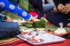 El vestido tradicional Ao Dai del desgaste del niño que aprende hacer que Chungkin se apelmaza por las manos primer, torta de Chu Foto de archivo libre de regalías