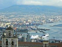 El Vesuvio y la ciudad de la opinión de Nápoles Fotos de archivo libres de regalías