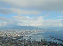 El Vesuvio y la ciudad de la opinión de Nápoles Foto de archivo