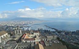 El Vesuvio y la ciudad de la opinión de Nápoles Imagenes de archivo