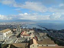 El Vesuvio y la ciudad de la opinión de Nápoles Imágenes de archivo libres de regalías
