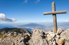 El vesuvio y la cruz Foto de archivo libre de regalías
